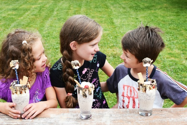 Kids drinking milkshakes1