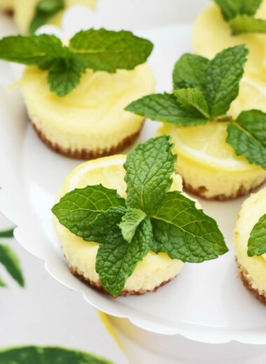 Mini cheesecakes with mint and lemon